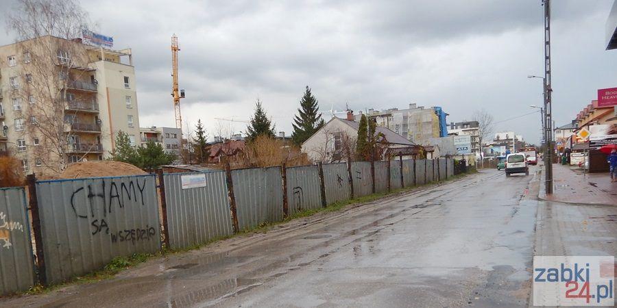 Ulica Powstańców w Ząbkach to prawdziwy tor przeszkód